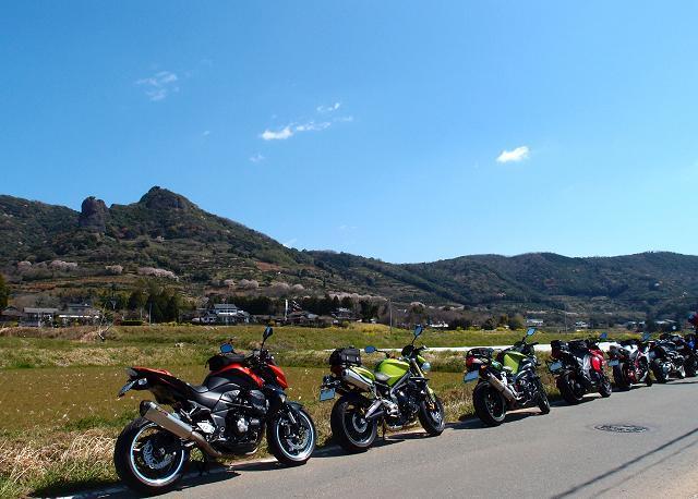 12 農道にバイクが並びます.JPG
