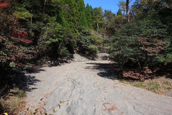 13 新燃岳の火山灰で川が埋まりました.jpg