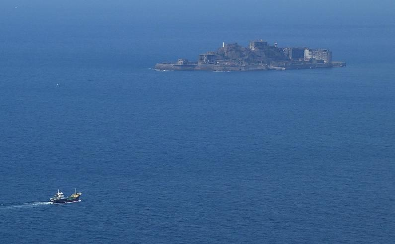 16 船と比べるとやっぱり島の大きさです.JPG