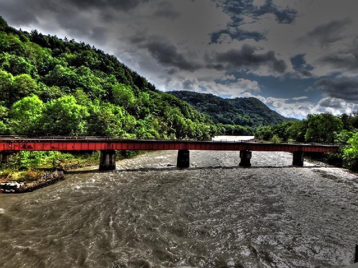 17 濁流の中の鉄橋.JPG