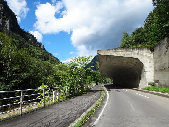 22 岩場を通す道.JPG