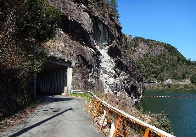 24 ダムの崖.JPG