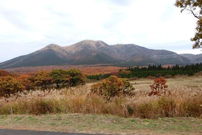 25 赤く染まる山すそ.JPG