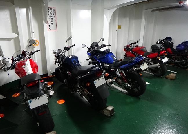 26 帰りに船もバイクが多いです.JPG
