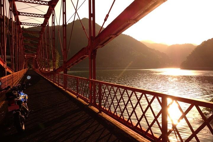 31 西日が当たって綺麗な橋.JPG