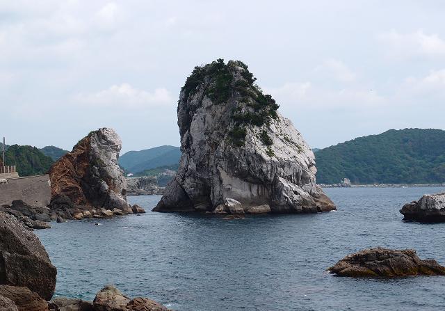 32 海の中にも石灰岩の山.JPG