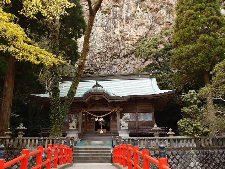 40 崖の下には神社.JPG