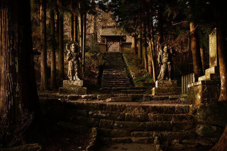 46 石段と仁王像.JPG