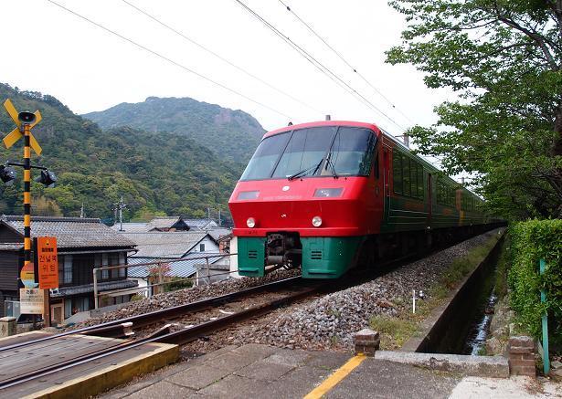 47 参道を横ぎる列車.JPG
