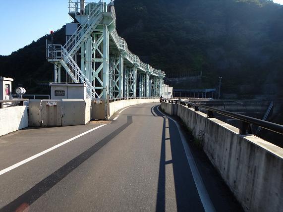 9 ダムの堰堤の道って大好きです.JPG