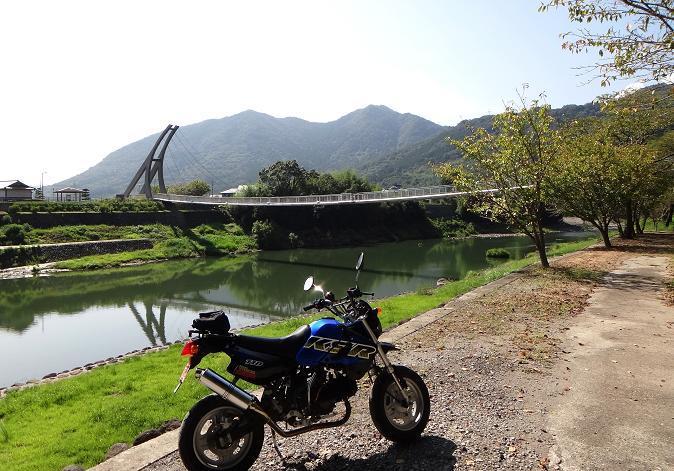 9 街の自慢の吊橋.JPG
