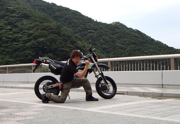 ブラックはブラックなバイクに乗るぜ.JPG